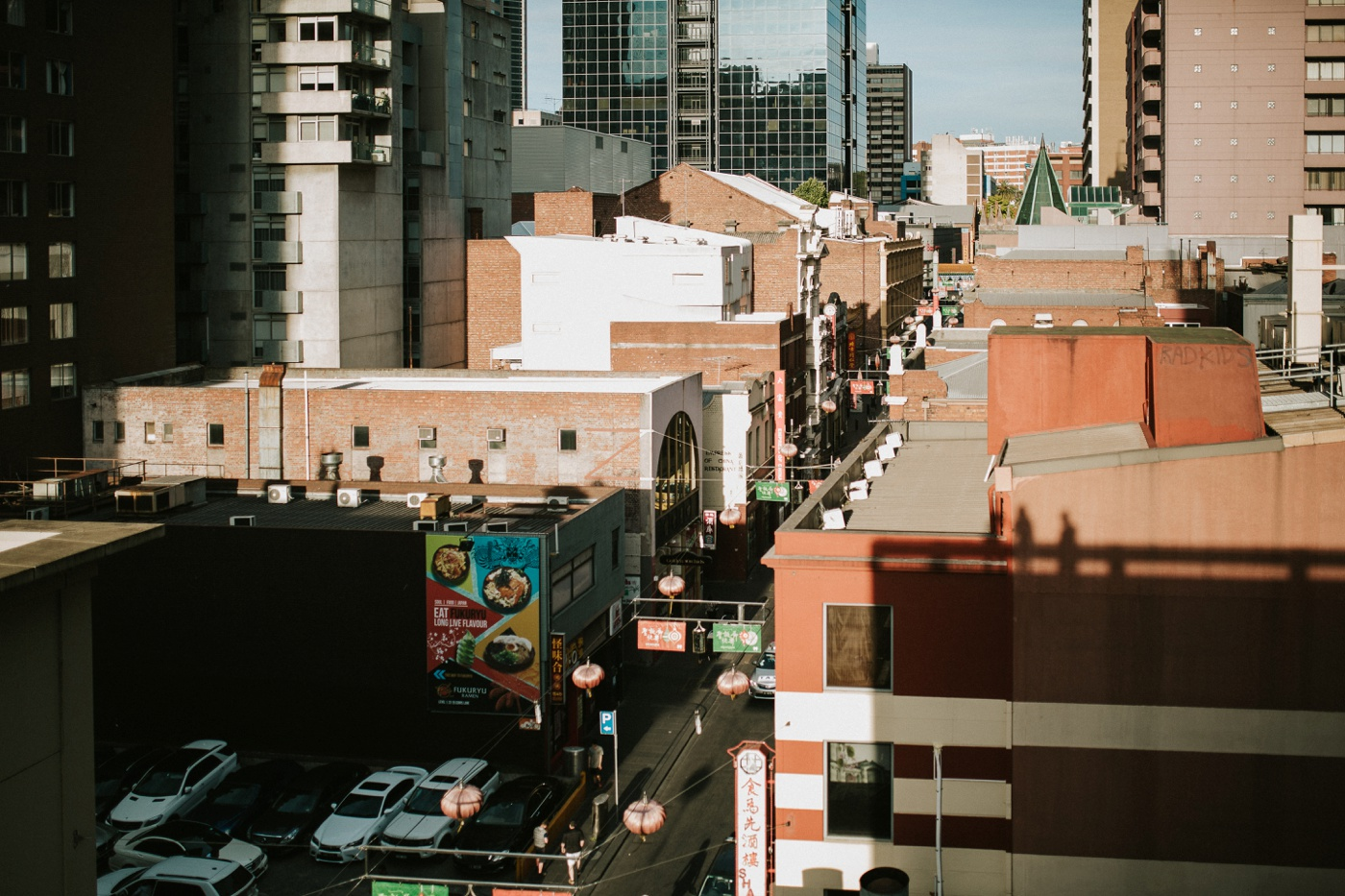 heli-alex_melbourne-fun-candid-gritty-relaxed-city-urban-couples-engagement-session_melbourne-wedding-photography_13